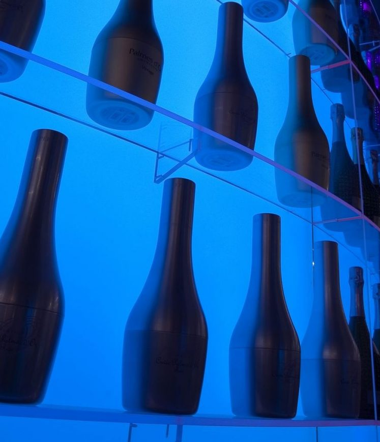 Bar éclairé et bouteilles