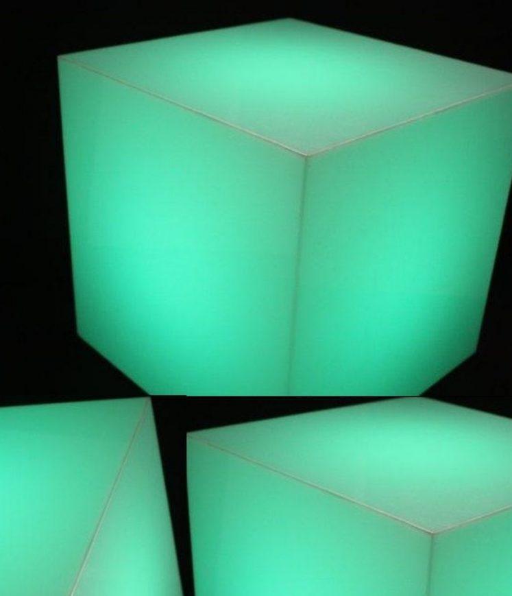 cube éclairé en lumiere verte
